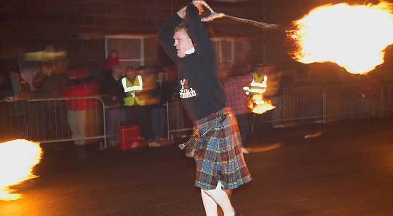 https: img-z.okeinfo.net content 2015 01 02 406 1087016 bermain-bola-api-tradisi-perayaan-tahun-baru-skotlandia-LcClRqN7p9.jpg