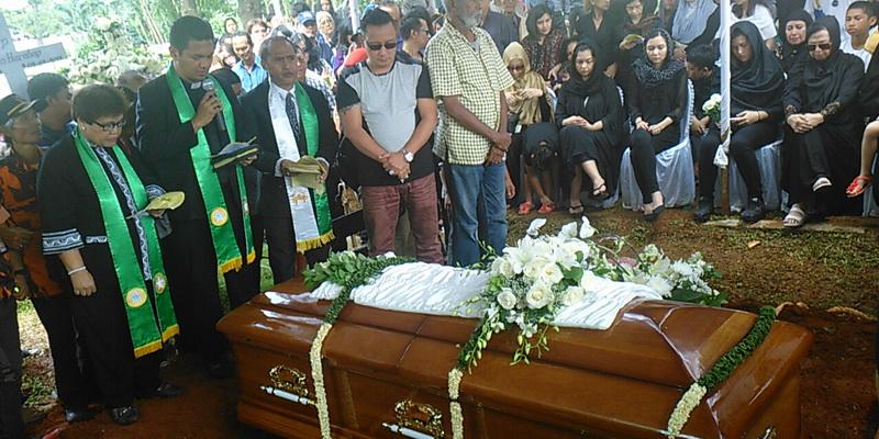 https: img-z.okeinfo.net content 2015 02 11 33 1104364 jenazah-rinto-harahap-dimakamkan-1JwsdKeKcB.jpg