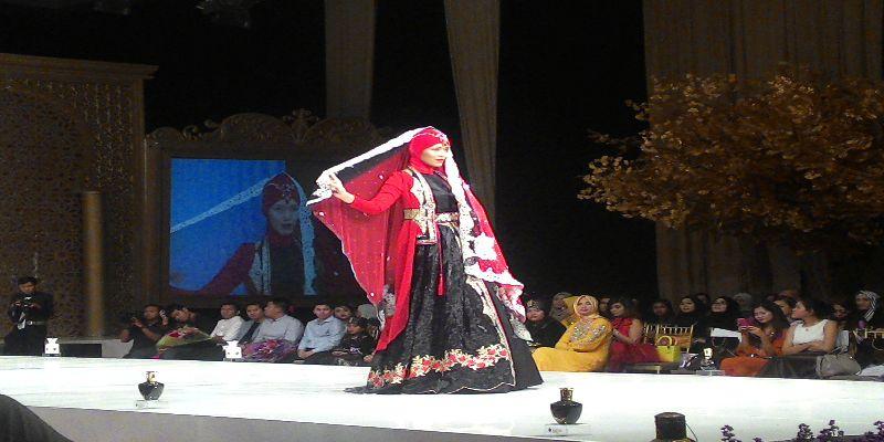 https: img-z.okeinfo.net content 2015 05 02 194 1143671 kaftan-rancangan-wanita-indonesia-dipamerkan-di-london-nIA89SrANg.jpg