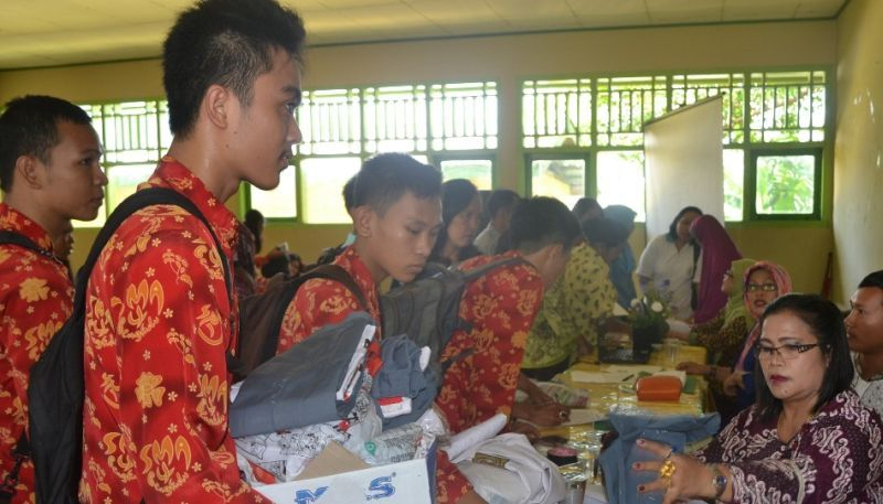 https: img-z.okeinfo.net content 2015 10 07 65 1227452 seragam-batik-identitas-sekolah-ZOTqUkcPxD.jpg