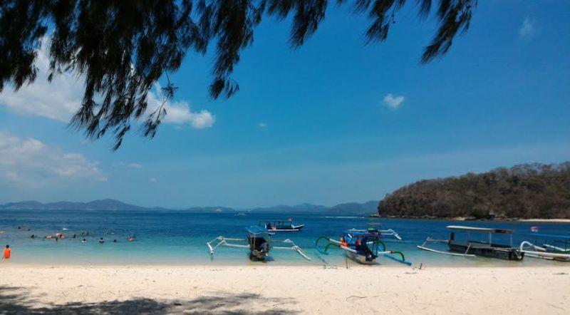 https: img-z.okeinfo.net content 2015 10 19 406 1233936 pantai-paling-asyik-di-lombok-b1klpFc1A3.jpg