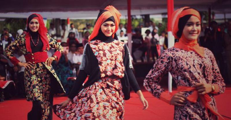 https: img-z.okeinfo.net content 2015 10 27 194 1238653 padu-padan-batik-kudus-untuk-hijabers-EtfD82HHUr.jpg