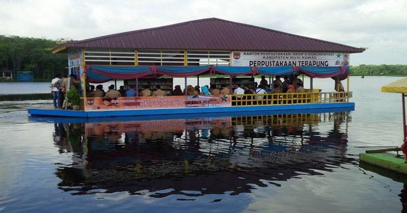 https: img-z.okeinfo.net content 2016 01 05 406 1281294 perpus-terapung-palembang-belajar-sambil-nikmati-alam-80BhjGxxvH.jpg