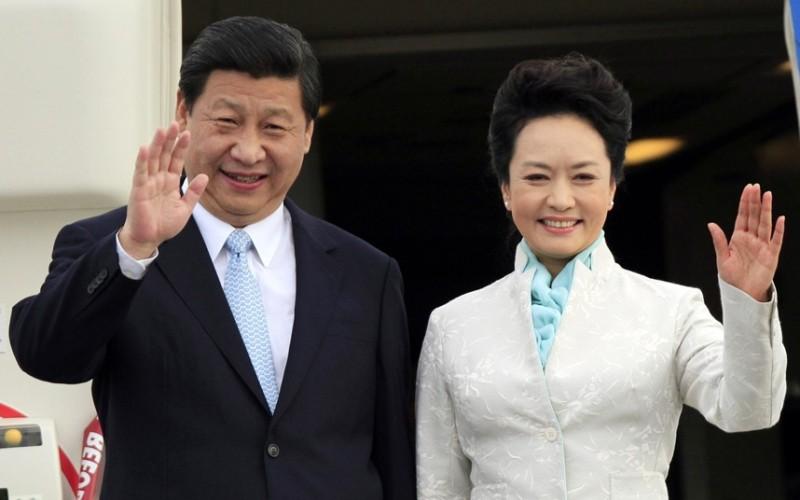 https: img-z.okeinfo.net content 2016 06 10 18 1411509 peng-liyuan-dari-penyanyi-tentara-hingga-ibu-negara-china-Q80AYsFrB5.jpg