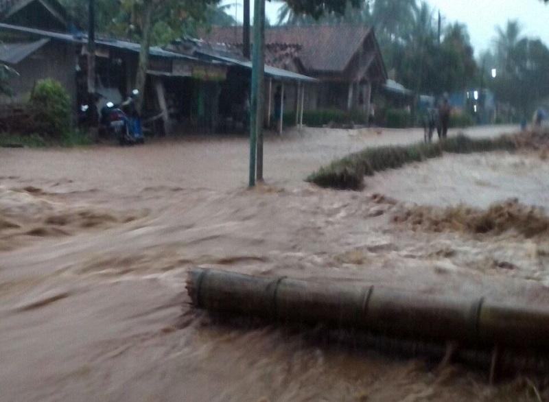 https: img-z.okeinfo.net content 2016 06 18 512 1419030 petugas-evakuasi-tiga-korban-yang-tertimbun-longsor-di-kebumen-Hs7P1HFkP7.jpg