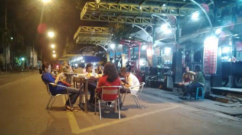 https: img-z.okeinfo.net content 2016 07 21 406 1443056 solo-batik-carnaval-ramaikan-kota-kelahiran-jokowi-NrI3O4xlEO.jpg