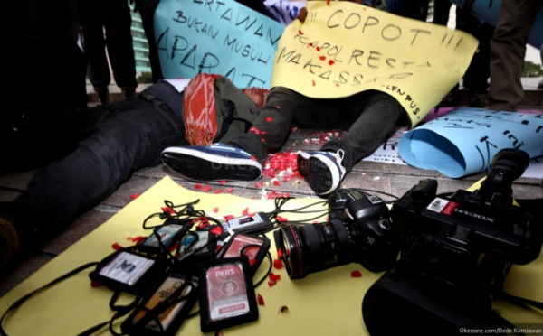 https: img-z.okeinfo.net content 2016 09 01 340 1479021 dua-wartawan-dipukuli-saat-liputan-bentrok-mahasiswa-dan-satpam-FZdGKIgzxT.jpg