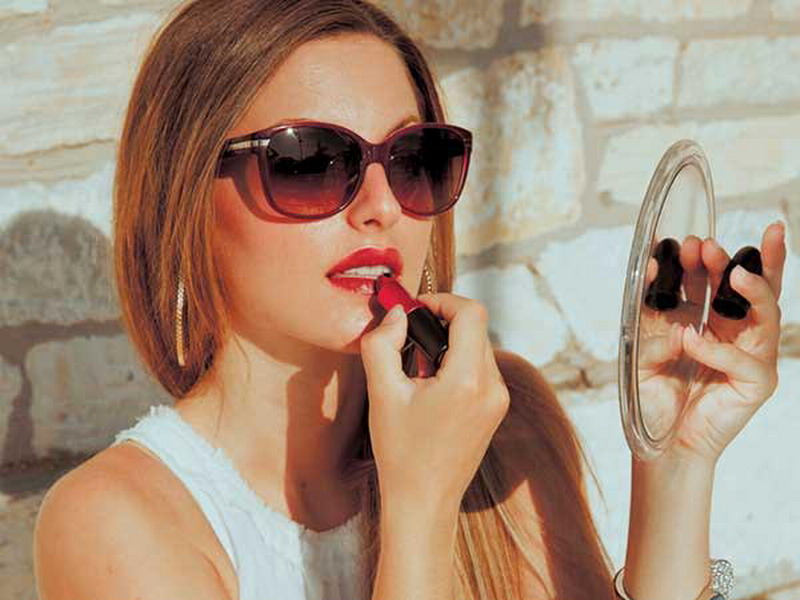 https img z.okeinfo.net content 2016 10 18 194 1518046 lagi sibuk gunakan credit card untuk bikin eyeliner UHiUqDHHRX.jpg