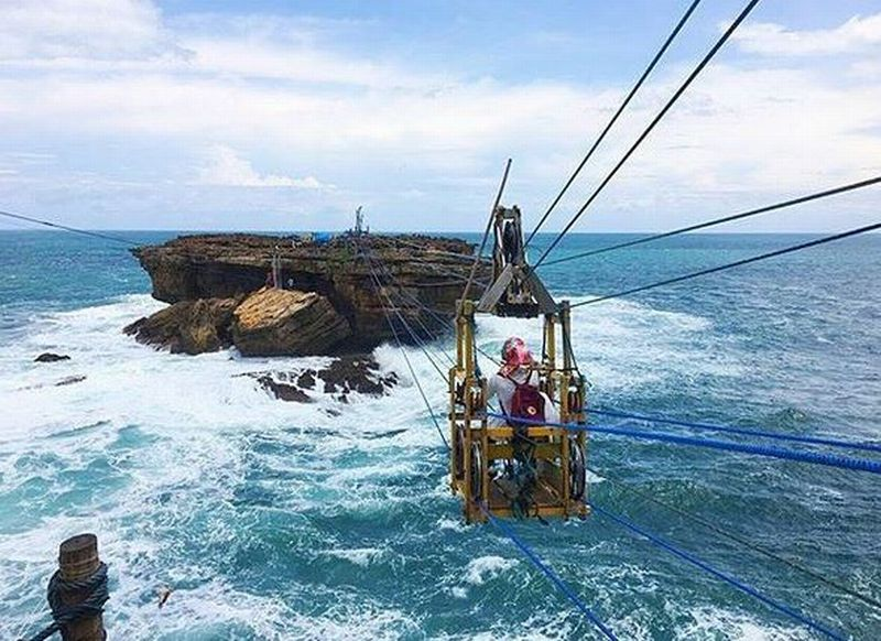 https: img-z.okeinfo.net content 2016 10 19 406 1519168 berani-tantang-adrenalin-anda-di-atas-gulungan-ombak-pantai-timang-cZgztfWlCi.JPG