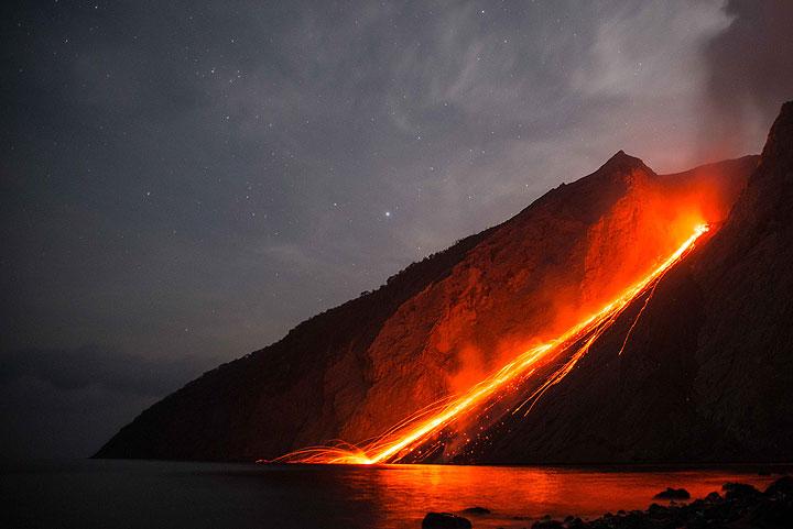 https: img-z.okeinfo.net content 2016 12 06 406 1560296 kecil-kecil-cabe-rawit-gunung-berapi-batu-tara-SYdhU3uvT8.jpg