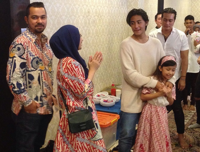 https img z.okeinfo.net content 2016 12 24 33 1575040 adjie pangestu dan sultan djorghi kompak doakan rafi Idu8QdG3dy.JPG