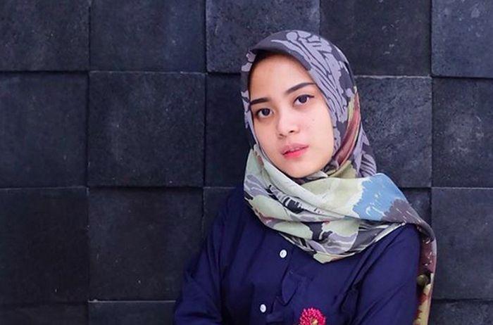 https: img-z.okeinfo.net content 2017 01 02 194 1581383 intip-gaya-hijab-untuk-acara-pesta-ala-desainer-restu-anggraini-b5xav1kPaj.jpg