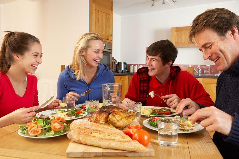 https: img-z.okeinfo.net content 2017 01 04 196 1582962 ternyata-makan-malam-bersama-adalah-waktu-terbaik-menyampaikan-kritik-untuk-keluarga-M08Gwlmfhr.jpg