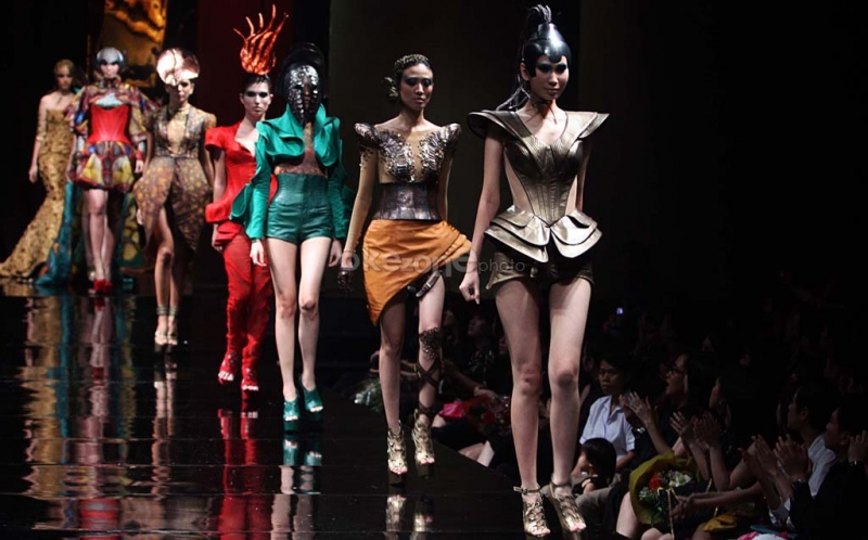 https img z.okeinfo.net content 2017 01 12 194 1589541 pertama kali di indonesia fashion show di dalam krl jakarta bogor ChQ9GHo0Kr.jpg
