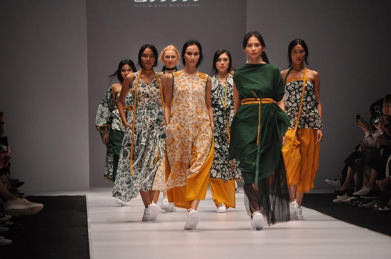https: img-z.okeinfo.net content 2017 01 21 194 1597325 tren-fashion-2017-tren-busana-wanita-di-jakarta-fashion-week-2017-t1mdo7vyT8.jpg