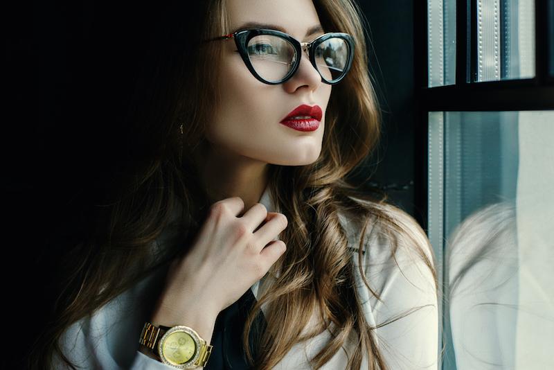 https img z.okeinfo.net content 2017 02 06 194 1610880 wanita berkacamata semakin cantik gunakan lipstik warna merah FuYfw6ljhu.jpg