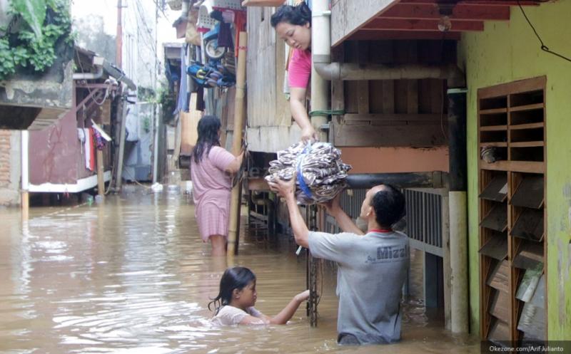 https: img-z.okeinfo.net content 2017 02 12 338 1616442 jakarta-diguyur-hujan-sejak-pagi-kampung-pulo-banjir-dzWWOmXt5y.jpg
