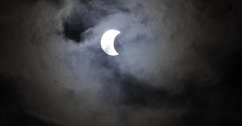https: img-z.okeinfo.net content 2017 02 27 56 1629079 intip-foto-foto-indah-fenomena-gerhana-cincin-api-Jgyxh0BgNd.jpg