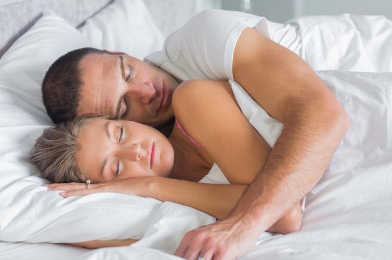 https: img-z.okeinfo.net content 2017 03 18 196 1646181 pelukan-suami-saat-tidur-bikin-perasaan-istri-lebih-tenang-ketika-bangun-RXfZNV2JGk.jpg