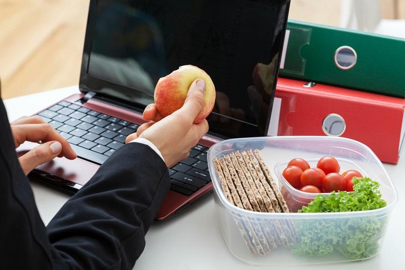 https: img-z.okeinfo.net content 2017 04 03 481 1657538 4-tips-menjalankan-diet-sehat-di-kantor-csvT6mPgii.jpg