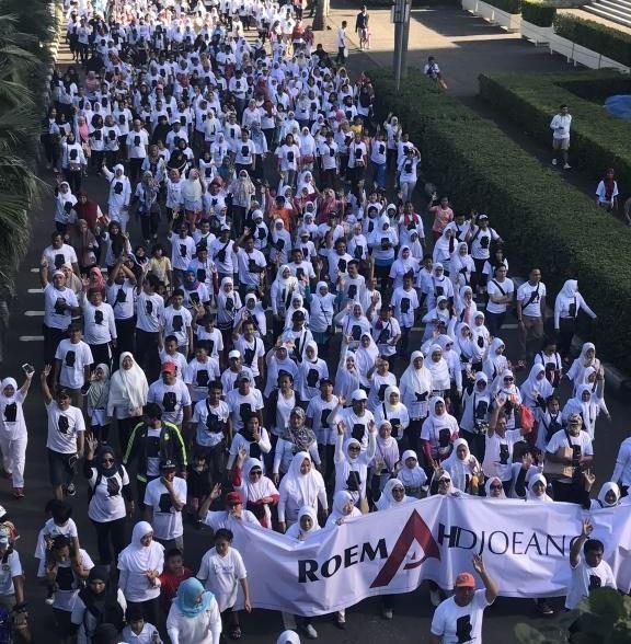 https: img-z.okeinfo.net content 2017 04 09 338 1662770 hadiri-jalan-sehat-di-senayan-prabowo-coblos-pemimpin-yang-bersih-AUb98lLvWC.jpg