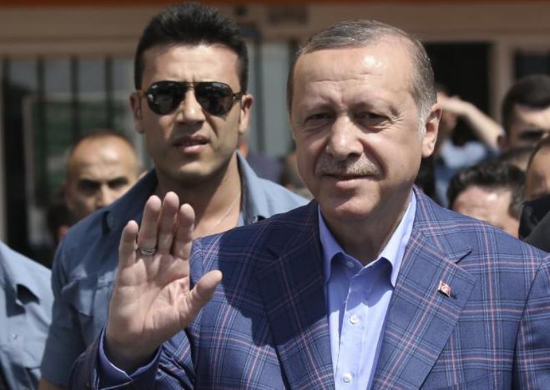 https: img-z.okeinfo.net content 2017 04 17 18 1668993 kelompok-pro-referendum-unggul-konstitusi-turki-akan-berubah-9bSi87Vx07.jpg