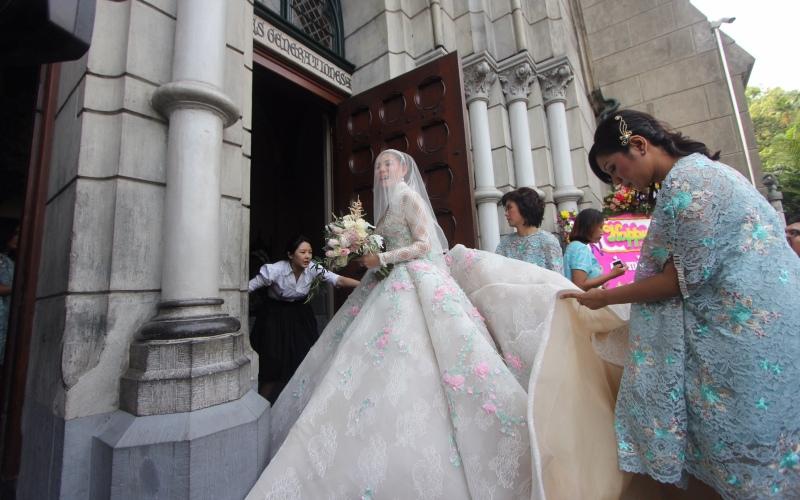 https img z.okeinfo.net content 2017 04 21 33 1673577 impian olga lydia menikah di katedral akhirnya terwujud E19rNw35Ye.jpg
