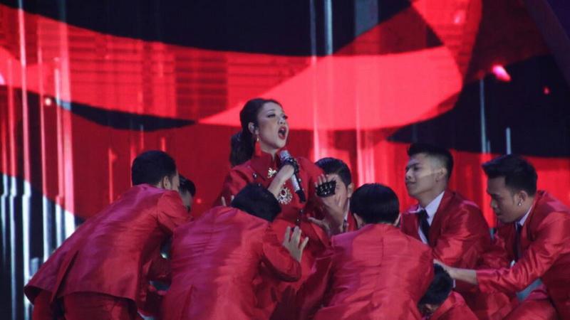 https: img-z.okeinfo.net content 2017 04 22 598 1674451 miss-indonesia-2017-bertema-glamor-alasan-bcl-gunakan-gaun-merah-menyala-di-malam-final-yXuLAcm0Q8.jpg
