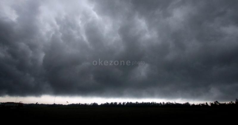 https: img-z.okeinfo.net content 2017 04 26 340 1676522 sering-diguyur-hujan-masyarakat-sumsel-diimbau-waspadai-banjir-dan-longsor-XmPT9poell.jpg
