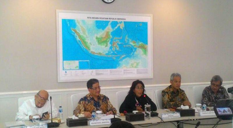 https: img-z.okeinfo.net content 2017 05 04 320 1683429 sedihnya-menteri-susi-melihat-kerusakan-laut-indonesia-8c0Xe3QT2P.jpg