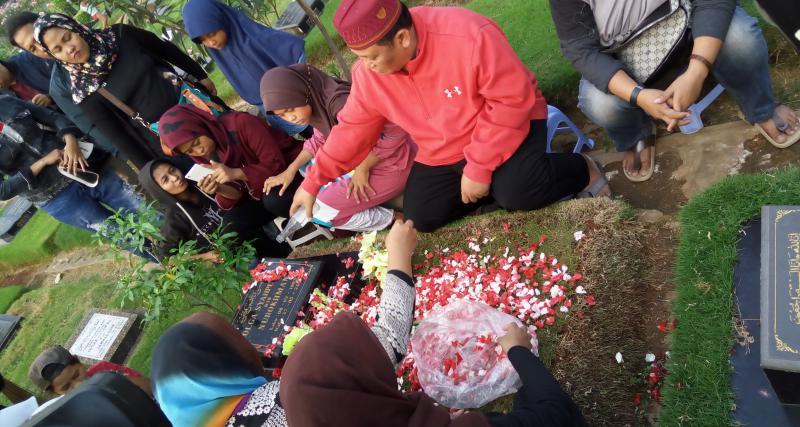 https: img-z.okeinfo.net content 2017 05 14 33 1690737 jelang-ramadan-keluarga-olga-syahputra-ajak-fans-untuk-ziarah-bareng-Hs7pTKmcsd.jpg