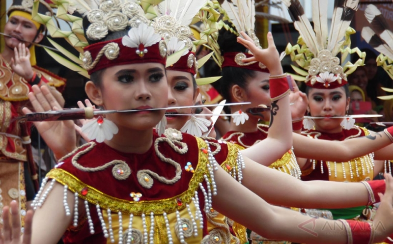 https: img-z.okeinfo.net content 2017 05 15 406 1691518 yuk-kenali-budaya-suku-dayak-di-kalimantan-tengah-melalui-festival-ini-SsOSDV1Qjk.jpg