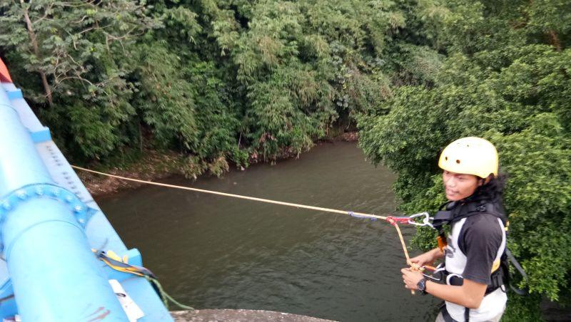 https: img-z.okeinfo.net content 2017 06 13 406 1714870 bridge-jump-ngabuburit-sambil-pacu-adrenalin-di-sungai-ciliwung-depok-LU7gNvpYwC.jpg