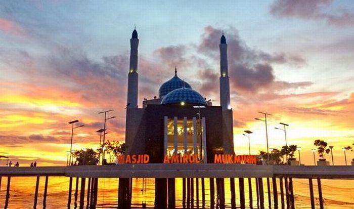 https: img-z.okeinfo.net content 2017 06 19 406 1720196 jelajah-islam-masjid-apung-pertama-di-indonesia-ternyata-ada-di-makassar-91Ii754MTu.JPG