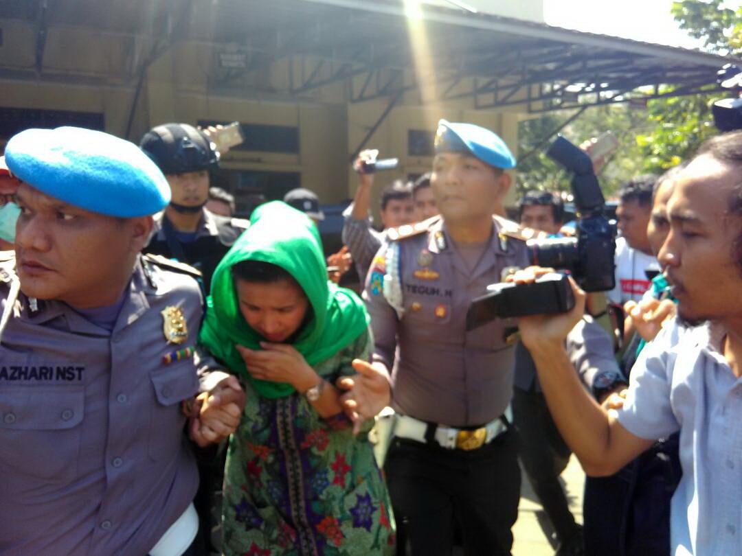 https: img-z.okeinfo.net content 2017 06 20 340 1720740 ditangkap-kpk-istri-gubernur-bengkulu-menangis-UANChvk2UB.jpg