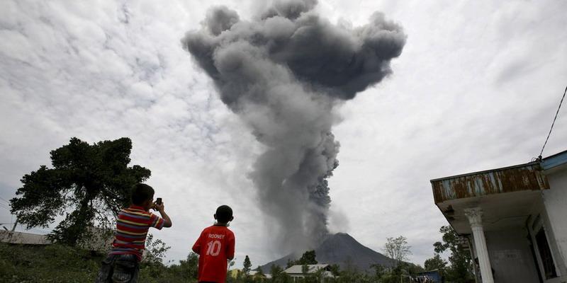 https: img-z.okeinfo.net content 2017 07 08 340 1731729 gunung-sinabung-kembali-semburkan-abu-vulkanik-trKZPp8CVi.jpg