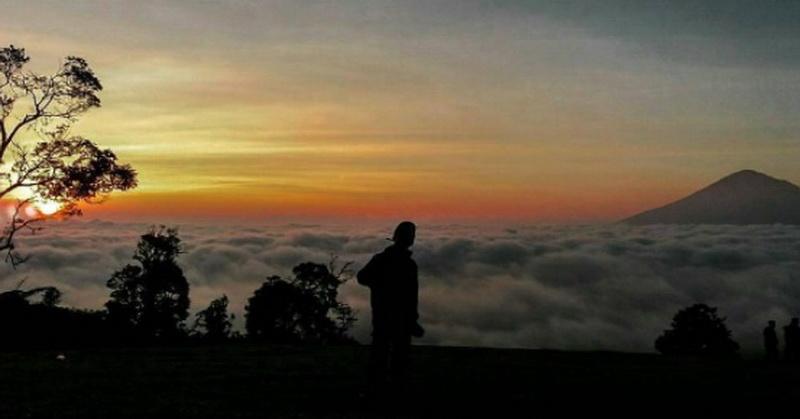 https img z.okeinfo.net content 2017 07 17 406 1738392 share loc kemping di bukit buffalo nikmati sunrise merekah di atas awan NIE9cf8WJr.jpg
