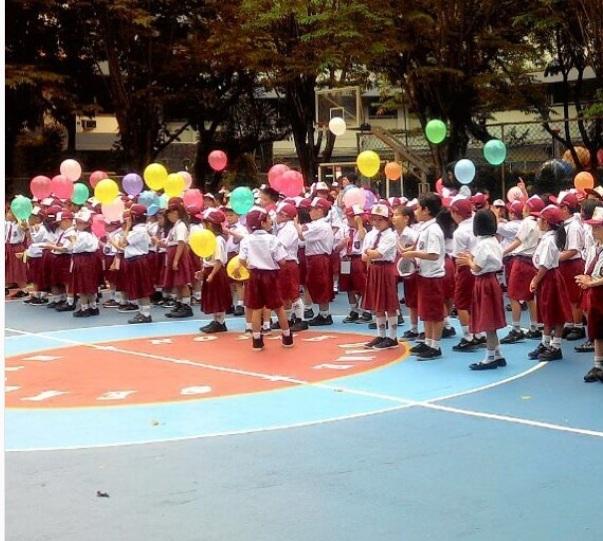 https img z.okeinfo.net content 2017 07 18 196 1738809 unik hari pertama sekolah siswa baru berbaris pegang balon WoqvG0BHpk.jpg