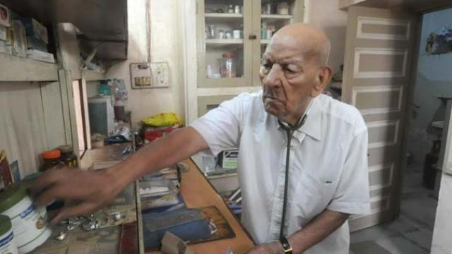 https: img-z.okeinfo.net content 2017 07 21 337 1741479 hot-thread-3-dokter-ini-tertua-di-dunia-usia-102-masih-setia-melayani-pasien-F4rJrnvF3W.jpg