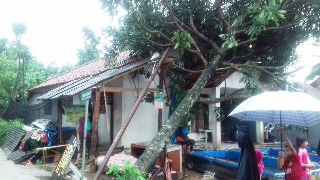 https: img-z.okeinfo.net content 2017 07 24 338 1742533 akibat-terjangan-angin-puting-beliung-sejumlah-rumah-di-bogor-rusak-parah-g3KG6fsjkS.jpg