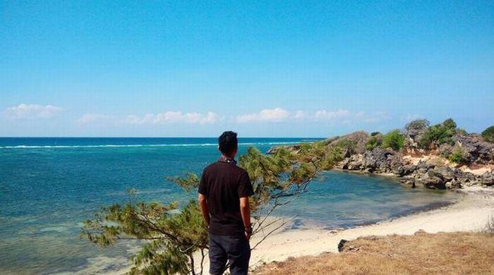 https: img-z.okeinfo.net content 2017 07 26 406 1744422 uncover-indonesia-pulau-sabu-di-ntt-punya-pantai-raemea-yang-dikelilingi-tebing-jkUHpsWhmv.JPG