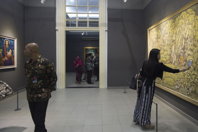 https: img-z.okeinfo.net content 2017 08 01 406 1747582 lukisan-koleksi-istana-kepresidenan-punya-harga-fantastis-lho-totalnya-mencapai-rp90-miliar-KeBwKCpdUT.jpg