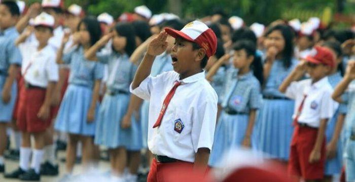 https: img-z.okeinfo.net content 2017 08 01 65 1747825 siswa-wajib-nyanyikan-indonesia-raya-3-stanza-setiap-hari-BMHRk6DDjW.jpg