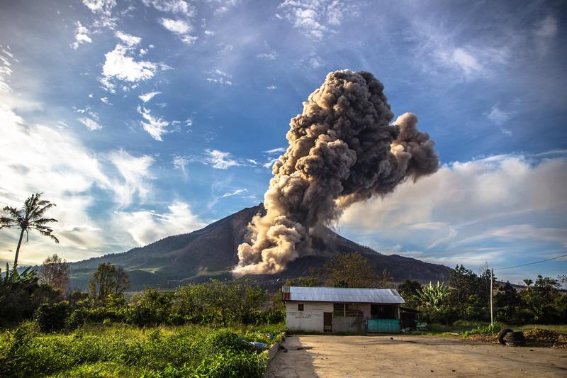 https: img-z.okeinfo.net content 2017 08 03 338 1749263 perjalanan-erupsi-gunung-sinabung-dari-tertidur-hingga-renggut-korban-jiwa-iYnfQYsCHM.jpg