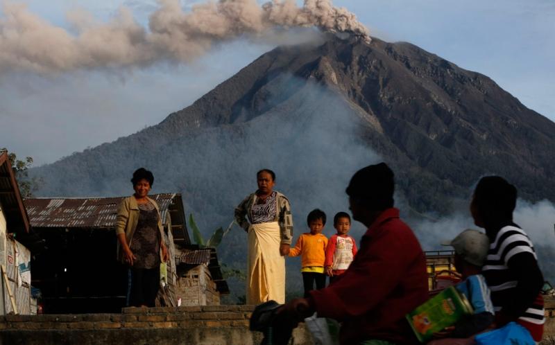 https: img-z.okeinfo.net content 2017 08 09 340 1752406 waspada-erupsi-gunung-sinabung-luncurkan-lava-pijar-SsGfWTE79O.jpg