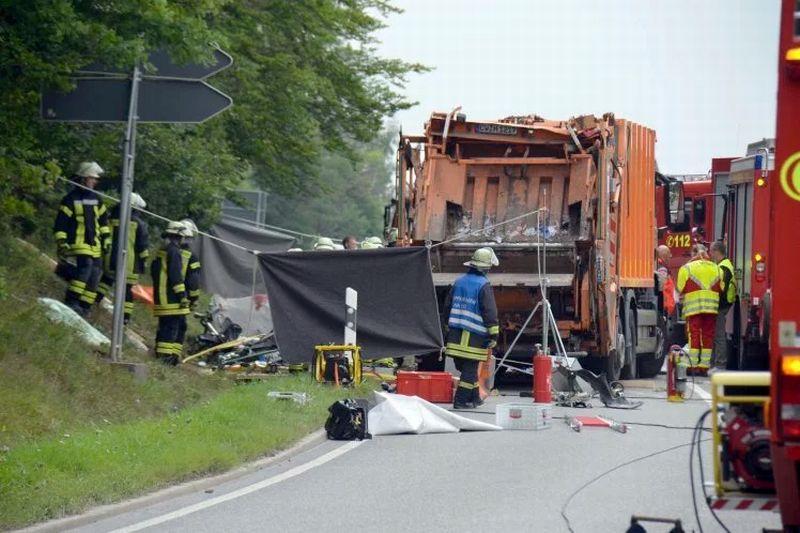 https: img-z.okeinfo.net content 2017 08 12 18 1754580 ngeri-ditabrak-truk-yang-angkut-26-ton-sampah-5-penumpang-mobil-tewas-74xr9lO5iV.jpg