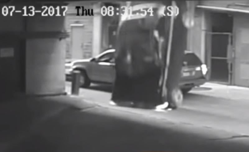 https: img-z.okeinfo.net content 2017 08 12 18 1754815 video-astaga-salah-injak-pedal-bmw-jatuh-dari-lantai-tujuh-SMoajeCyPv.jpg