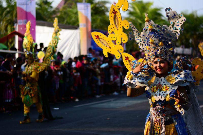 https: img-z.okeinfo.net content 2017 08 13 406 1755152 acungi-jempol-presiden-jokowi-anggap-jember-fashion-carnaval-sebagai-ikon-karnaval-di-indonesia-VsTRFl5ng9.jpg