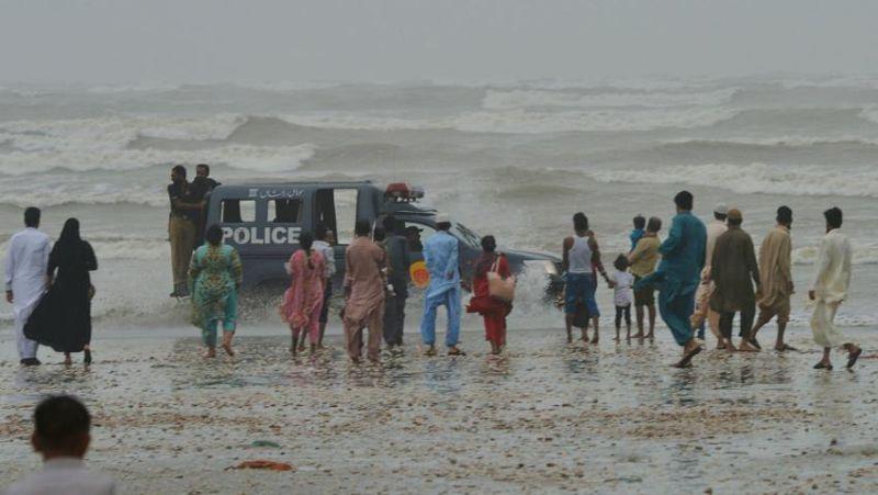 https: img-z.okeinfo.net content 2017 08 28 18 1764227 dihantam-badai-8-orang-termasuk-warga-arab-saudi-tewas-tenggelam-di-pantai-pakistan-u5R8TfO192.jpg
