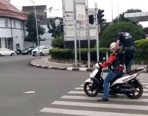 https: img-z.okeinfo.net content 2017 08 29 525 1765387 kocak-jok-motor-diinjak-penyeberang-jalan-gara-gara-berhenti-di-zebra-cross-Bk7QV1ftxq.JPG